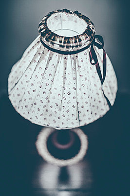 Old fashioned bed lamp on a table - p968m1034194 by Roberto Pastrovicchio
