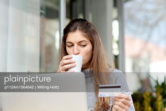 plainpicture - plainpicture p1124m1564642 - Young woman online banking ... - plainpicture/Willing-Holtz