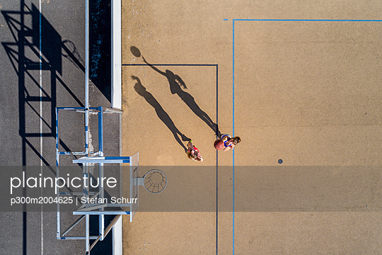 Young women playing basketball, aerial view - p300m2004625 von Stefan Schurr