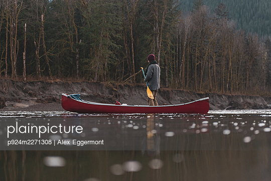 Canada, British Columbia, Man with canoe at Squamish River - p924m2271308 by Alex Eggermont