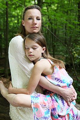 Mutter und Tochter innig - p045m916865 von Jasmin Sander