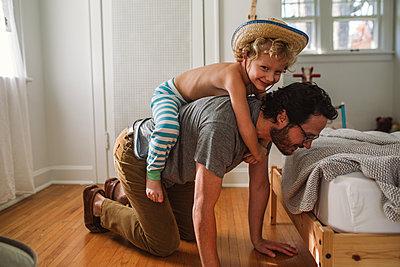 Vater und Sohn zuhause - p1361m1225618 von Suzanne Gipson