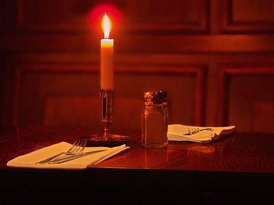 Kerze auf einem Tisch im Restaurant - p1418m1572303 von Jan Håkan Dahlström
