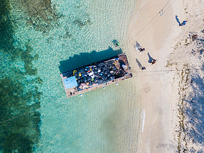 Pontoon for transporting garbage from a small Gili islands to Lombok Island, Gili Air island, Gili islands, Bali, Indonesia - p300m2144183 von Konstantin Trubavin