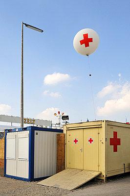 Container vom Roten Kreuz auf einem Volksfest - p4902335 von Andreas Rumpf