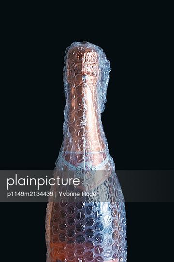 Bottle packed in bubble wrap - p1149m2134439 by Yvonne Röder