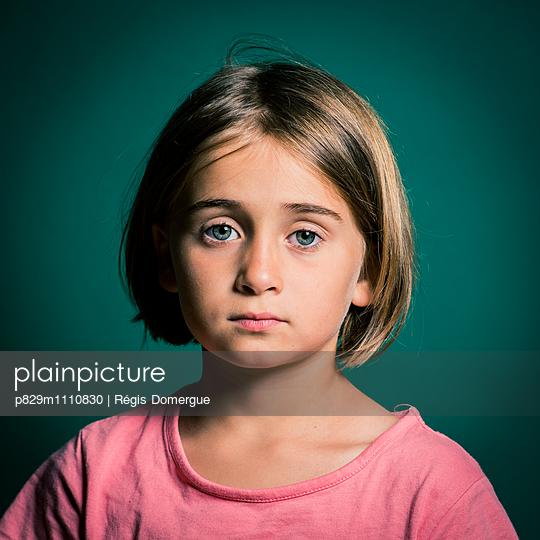 Porträt eines traurigen Mädchens - p829m1110830 von Régis Domergue