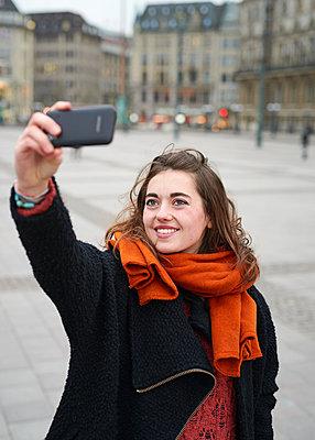 Junge Frau macht ein Selfie - p1124m1123282 von Willing-Holtz