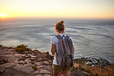 Young woman hiking, rear view, Lions head Mountain, Western Cape, Cape Town, South Africa - p429m1469590 by Studio CP