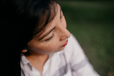 Beautiful woman with eyes closed - p300m2250835 by MORNINGVIEW AGENCY