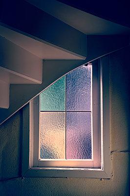 Fenster unter der Treppe - p470m1059320 von Ingrid Michel