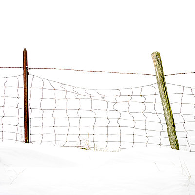 Wooden post in a snow field. - p813m1000141 by B.Jaubert