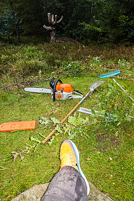 Chainsaw and garden tools in garden - p930m1491872 by Ignatio Bravo