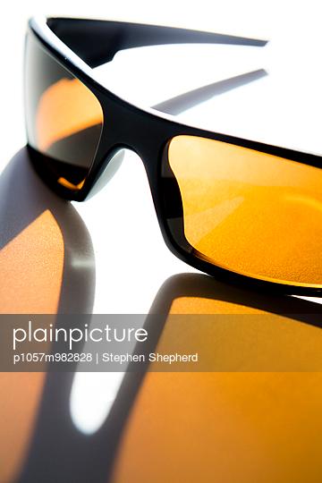 Gelbe Sonnenbrille - p1057m982828 von Stephen Shepherd