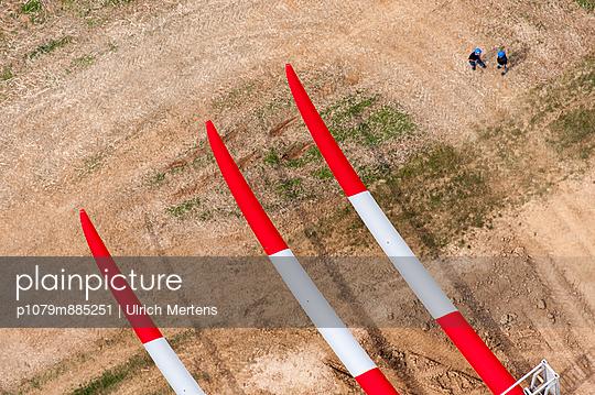 Rotorblätter vor der Montage I - p1079m885251 von Ulrich Mertens