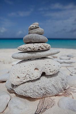 Steine in Balance - p045m2020955 von Jasmin Sander