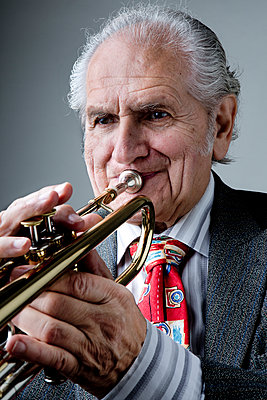 Alter Trompetenspieler - p1221m1073006 von Frank Lothar Lange