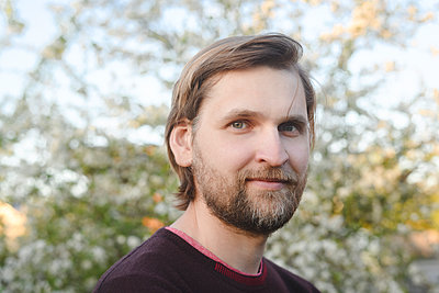 Close-up portrait of confident bearded man at back yard - p300m2198161 by Ekaterina Yakunina