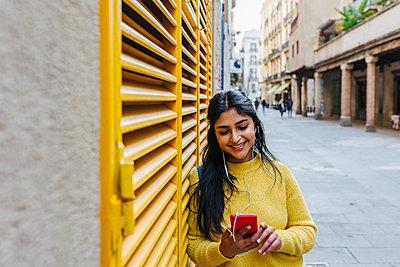Barcelona, Catalonia, Spain - Indian woman standing in the street - p300m2268322 von Xavier Lorenzo