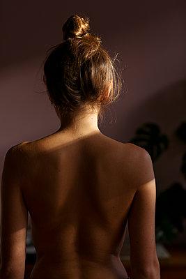 Junge Frau mit nacktem Oberkörper von hinten  - p432m2030658 von mia takahara