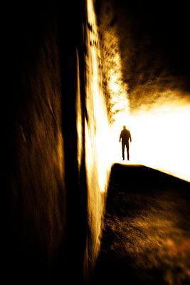 Am Endes des Tunnels - p597m971208 von Tim Robinson