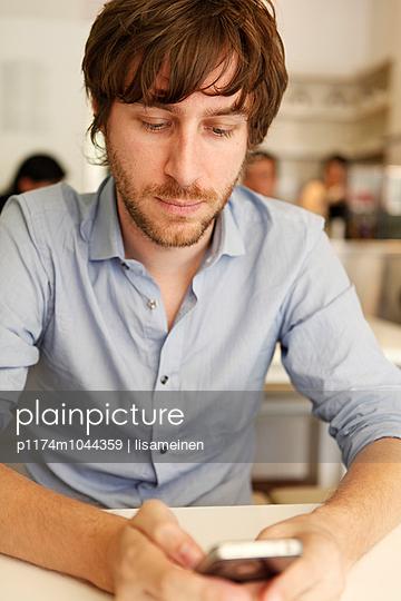Mann mit Smartphone - p1174m1044359 von lisameinen