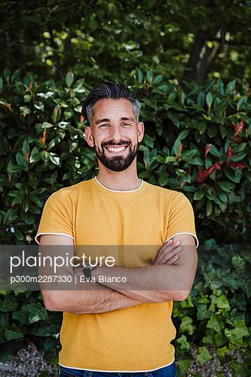 portrait of handsome smiling man using in city, Madrid, Spain - p300m2287330 von Eva Blanco