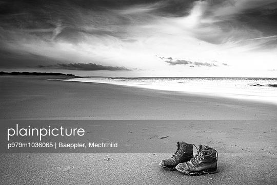 Schuhe am Strand - p979m1036065 von Baeppler, Mechthild