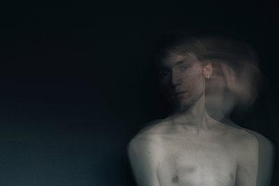Aufnahme eines jungen Mannes mit langer Belichtungszeit - p1180m1072829 von chillagano