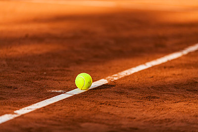 Tennis ball hitting the line on clay court - p300m1356563 by Valentina Barreto
