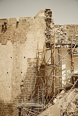 Ein Gerüst in den Ruinen von Sanliurfa, Türkei - p586m971416 von Kniel Synnatzschke