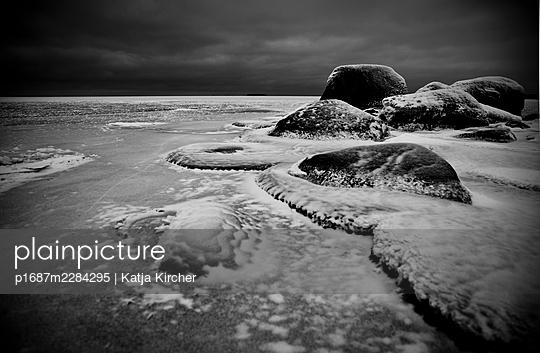 Sweden, Rocks under ice at frozen lake - p1687m2284295 by Katja Kircher