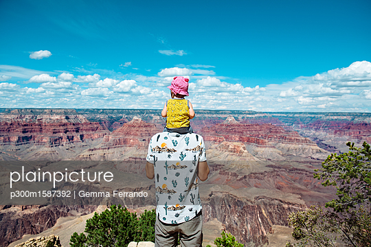 USA, Arizona, Grand Canyon National Park, father and baby girl enjoying the view - p300m1587392 von Gemma Ferrando