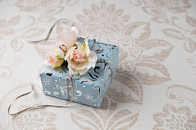 Wrapped present with rose blossoms - p300m2023515 by Mandy Reschke