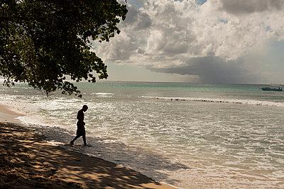 Mann auf den Bahamas - p600m2076300 von Laura Stevens