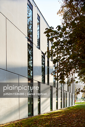 plainpicture | Photo library for authentic images - plainpicture p352m1536385 - Modern building in Lund, Sw... - plainpicture/Folio Images/Daniel Hertzell