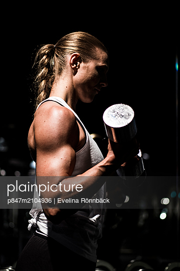Close-up Of A Woman Exercising With Dumbbells In Gym   - p847m2104936 by Evelina Rönnbäck