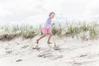 Mädchen in Dünen - p253m1093940 von Oscar
