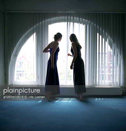 Two woman peeking out - p1231m1051515 by Iris Loonen