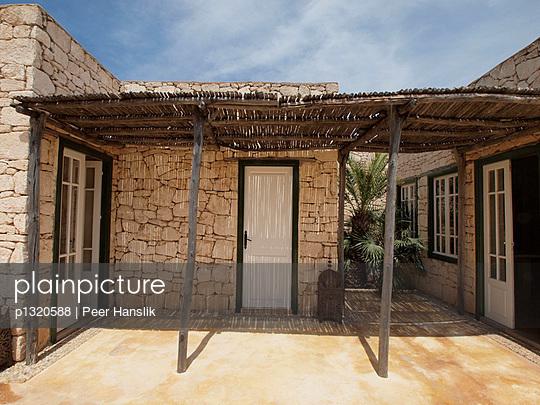 Innenhof einer marrokanischen Villa - p1320588 von Peer Hanslik