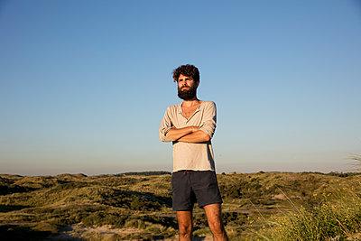 Mann in den Dünen - p1212m1168638 von harry + lidy
