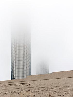 Hochhäuser im Nebel - p1542m2142353 von Roger Grasas