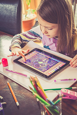 Little girl using digital tablet for drawing - p300m1188495 by Sandra Roesch