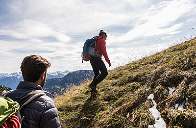 Austria, Tyrol, young couple hiking in the mountains - p300m1562446 by Uwe Umstätter