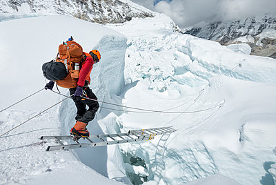 Nepal, Solo Khumbu, Everest, Sagamartha National Park, Mountaineer crossing icefall at Western Cwm - p300m2005691 von Alun Richardson
