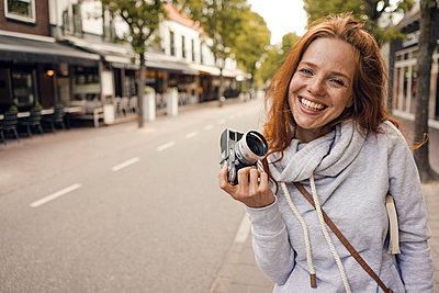 Redheaded woman using analogue camera - p300m2024151 by Kniel Synnatzschke