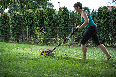 Mowing the lawn - p703m865444 by Anna Stumpf