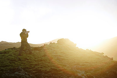 Man photographing view, Iceland - p924m1422621 by SG Hirst