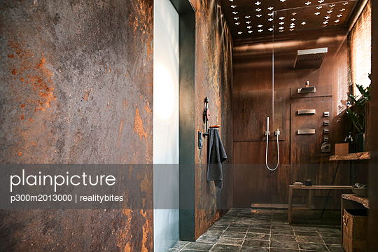 Modern bathroom with corten steel wall cladding and ceiling light effects - p300m2013000 von realitybites