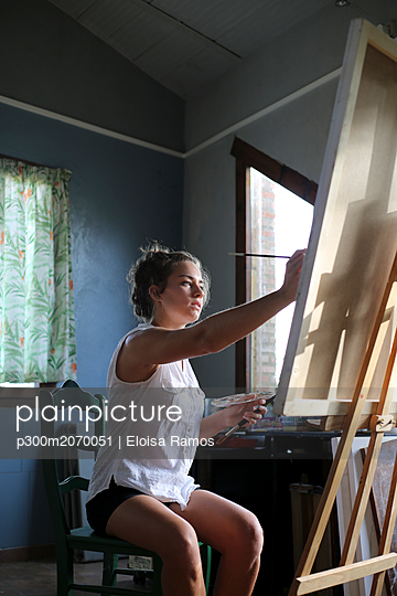 Young woman painting in her atelier - p300m2070051 by Eloisa Ramos